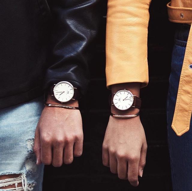 Kết hợp đồng hồ và vòng tay kim loại
