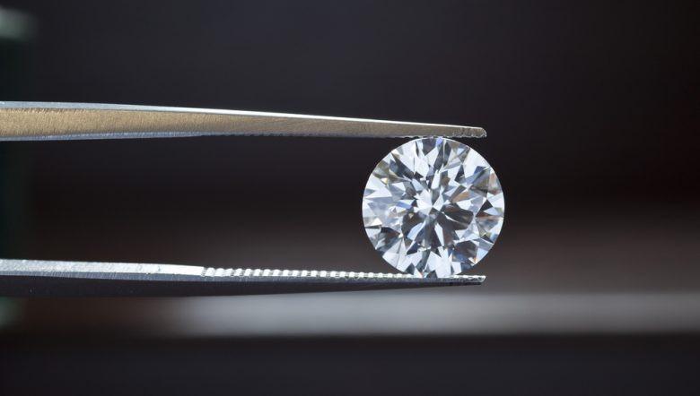 Năm 1970, con người đã nuôi cấy được kim cương nhưng giá thành đắt hơn kim cương thiên nhiên nhiều lần
