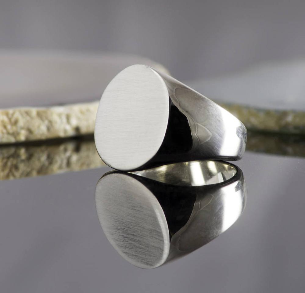 Nhẫn Signet mặt tròn trơn được đúc nguyên khối đồng màu