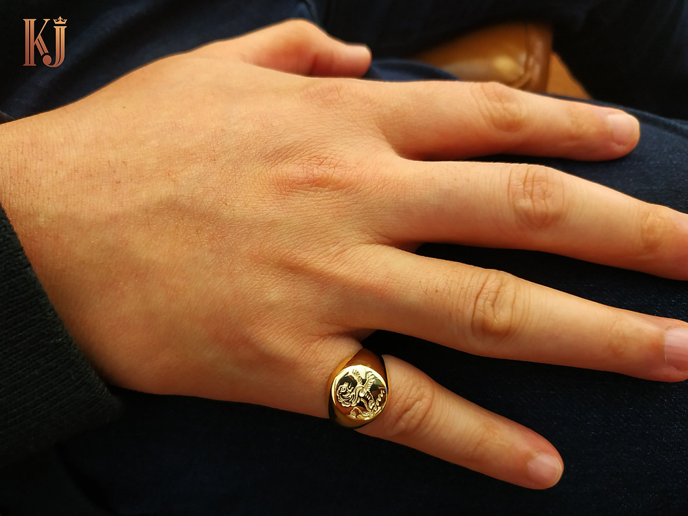 Nhẫn signet là một mẫu nhẫn vô cùng phù hợp để đeo hàng ngày bởi sự đơn giản và thanh lịch