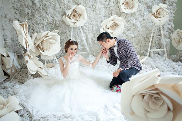 Chụp ảnh cưới trong studio thay vì chụp ngoại cảnh cũng là một cách tiết kiệm chi phí cho đám cưới