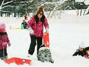 雪と全力で遊ぶ園児たち