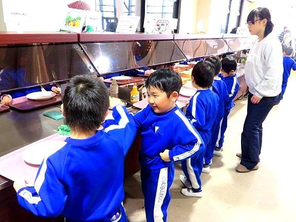 福島県 郡山市 片平学園 片平 幼稚園 こども園 園児 年長児 猪苗代 青少年交流の家 雪遊び ビュッフェ お昼 ごはん 昼食