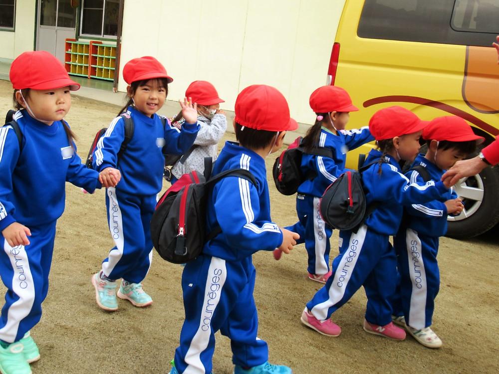 郡山市 片平町 片平学園 片平幼稚園 幼稚園 出発 集合写真 園庭 園舎 ねこバス