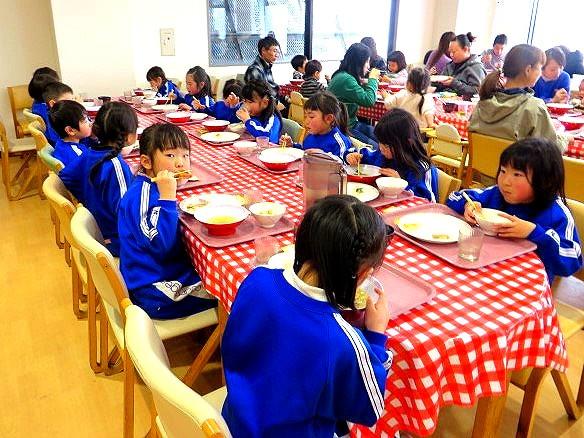 福島県 郡山市 片平学園 片平 幼稚園 こども園 園児 年長児 猪苗代 青少年交流の家 雪遊び お昼 昼食 ビュッフェ ごはん ラーメン