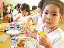 給食を食べる園児たち