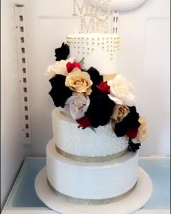 #specialtycakes #icedweddingcakes #buttercreamcake #4tierweddingcake www.specialtysweetc