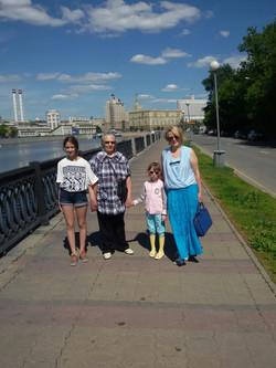 М.Е. с невесткой Аленой и внучками Натальей и Полиной на набережнойг.Москва