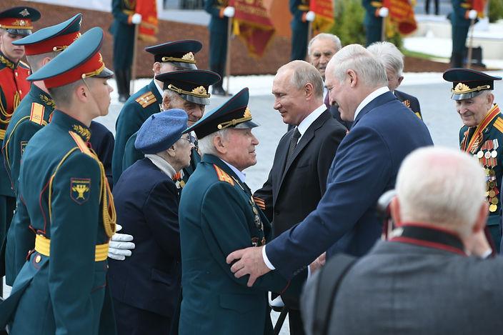 Путин и Лукашенко с ветеранами.jpeg