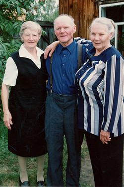 М.Е. со саршими братом Иннокентием и сестрой Валентиной