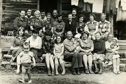 М.Е. в окружении родствеников село Саныяхтат