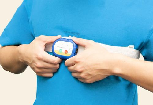【SleepKinwood 健和醫療 - 家中睡眠窒息症測試 (HST)】佩戴在胸口位置的睡眠監測儀