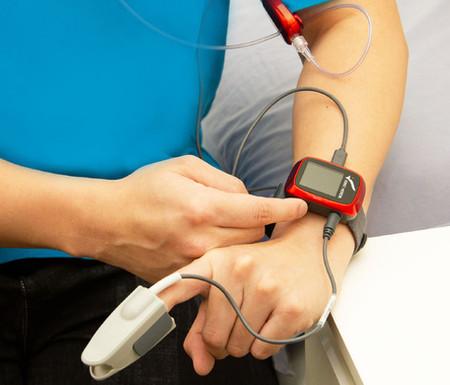 【SleepKinwood 健和醫療 - 家中睡眠窒息症篩查測試】測試期間需要佩戴「夾手指」以監測睡眠時的血液含氧量