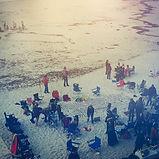 Menschen versammeln sich am Strand