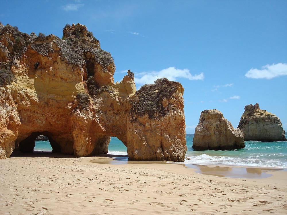 Die Algarve, hier der Strand von Carvoeiro, ist nun ohne Quarantänepflicht wieder besuchbar