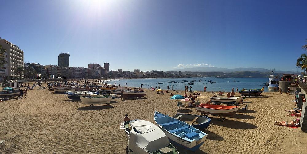 Der Playa de las Canteras ist der Stadtstrand der Hauptstadt Las Palmas.