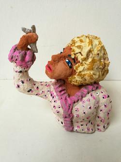 Vrouw met roze bloes