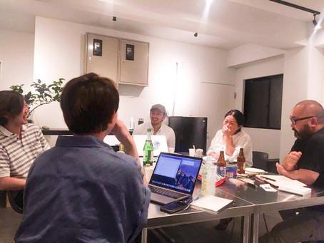 テーブルを囲み、お酒を片手に、英語を学ぶ大人な夜。