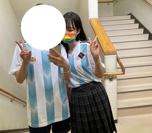 この写真は学校祭の時に親友の子と撮った写真です!マスクもレインボーにしてテンションアゲアゲ?でした!