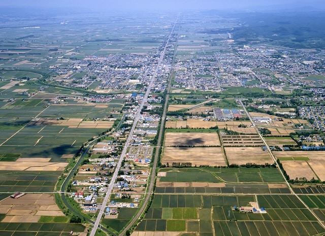 日本一長い直線道路の国道12号線(写真:美唄市提供)