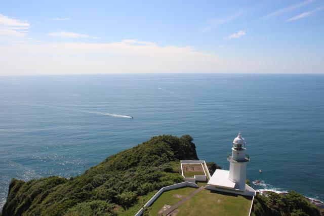 地球岬展望台からの景色とチキウ岬灯台(写真:室蘭市提供)