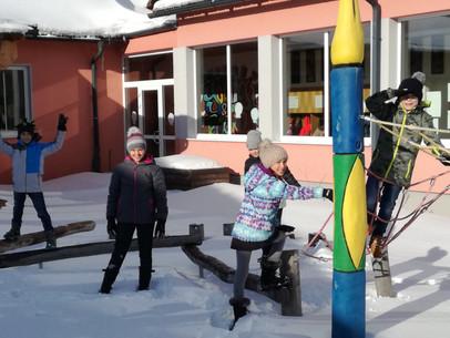 Winterspaß im Schulhof