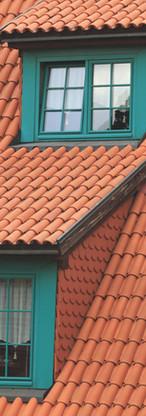 グリーンのWindowsと屋根