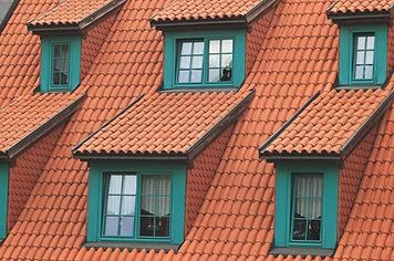 Dach mit grünen Fenstern