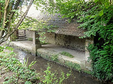 Nesles-la-Valle_(95),_lavoir_sur_le_Sausseron,_rue_de_Pontoise_4.jpg