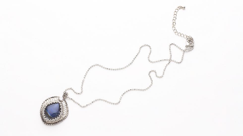ラブラドライトのネックレス(刺繍)