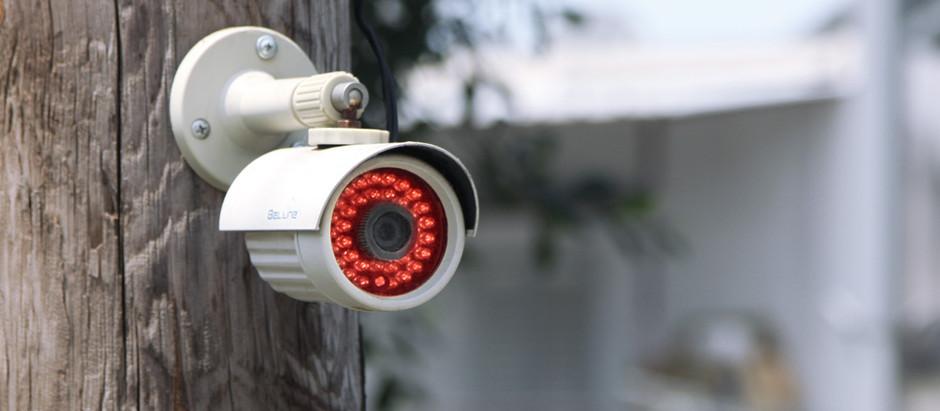 מצלמות מעקב חיצוניות בשלושה בתים