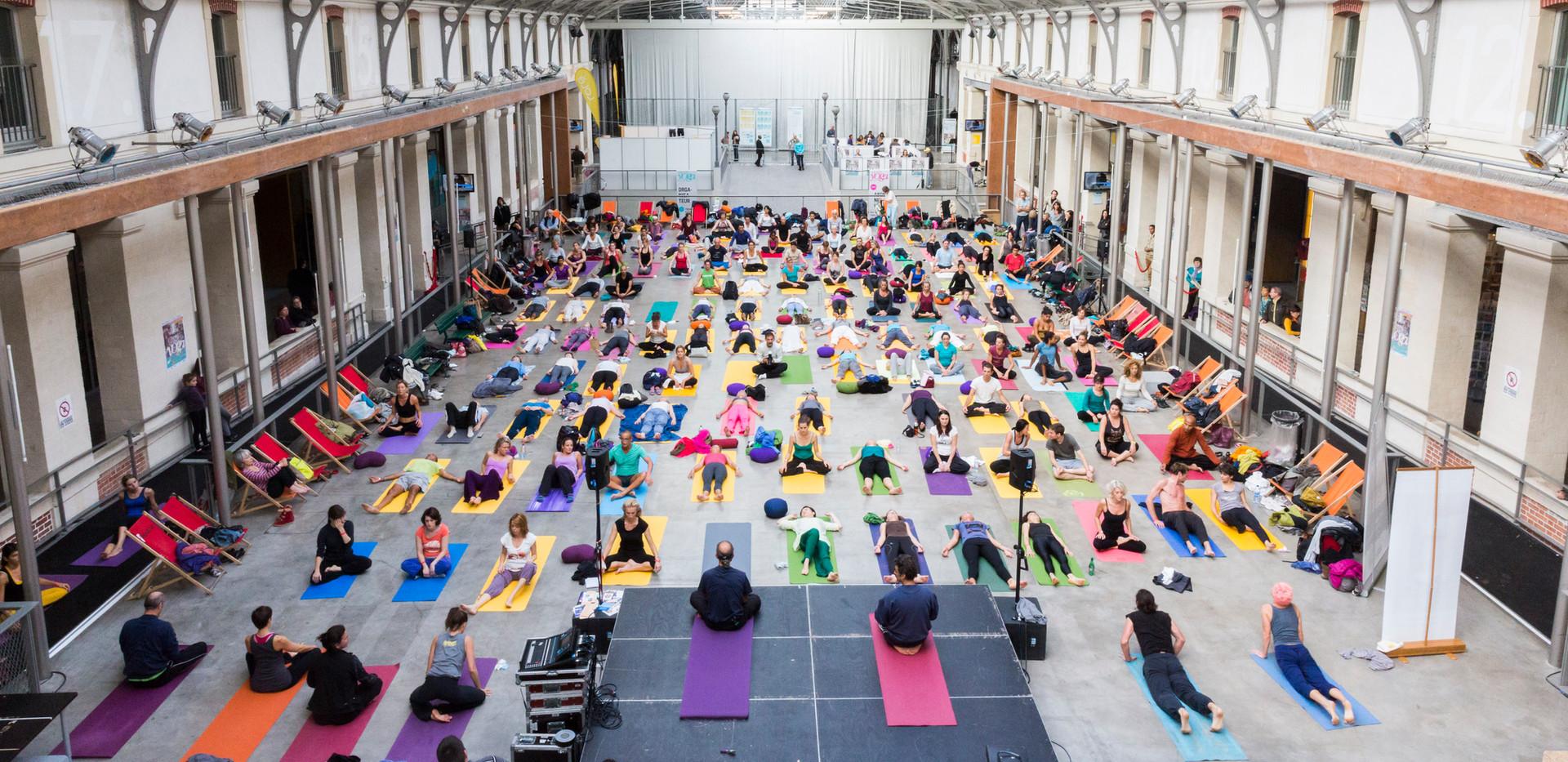 Notre démonstration de salutations au soleil au festival de Yoga à Paris