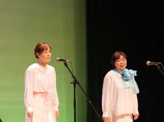 仲間と共に歌います