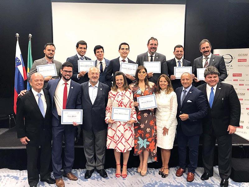 Dentre os oito prefeitos homenageados com certificados no fórum, estavam os prefeitos Guilherme Ávila (Barretos), Marco Aurélio Gomes (Itanhaém), Simone Marquetto (Itapetininga), Lucas Pocay (Ourinhos) e André Bozola (Socorro). (Foto: divulgação)