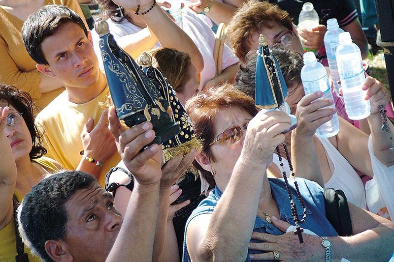 Romeiros mantém tradição religiosa de veneração da imagem de  Aparecida em 12 de outubro. (Foto: Aquino José)