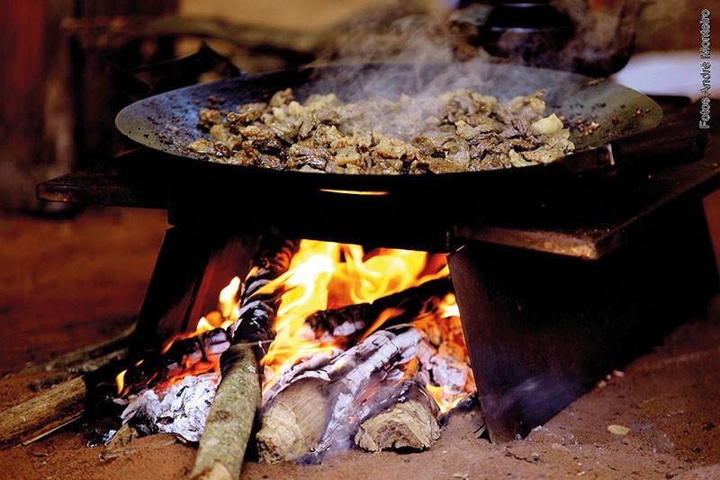 Público é esperado para provar a comida  típica dos peões. (Foto: André Monteiro)