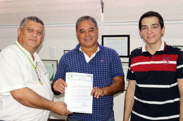 O presidente do clube, Laércio Tedesco Filho, com o presidente do sindicato dos servidores, João Mulata, recebendo do prefeito Guilherme Ávila, cópia do projeto de doação definitiva da área