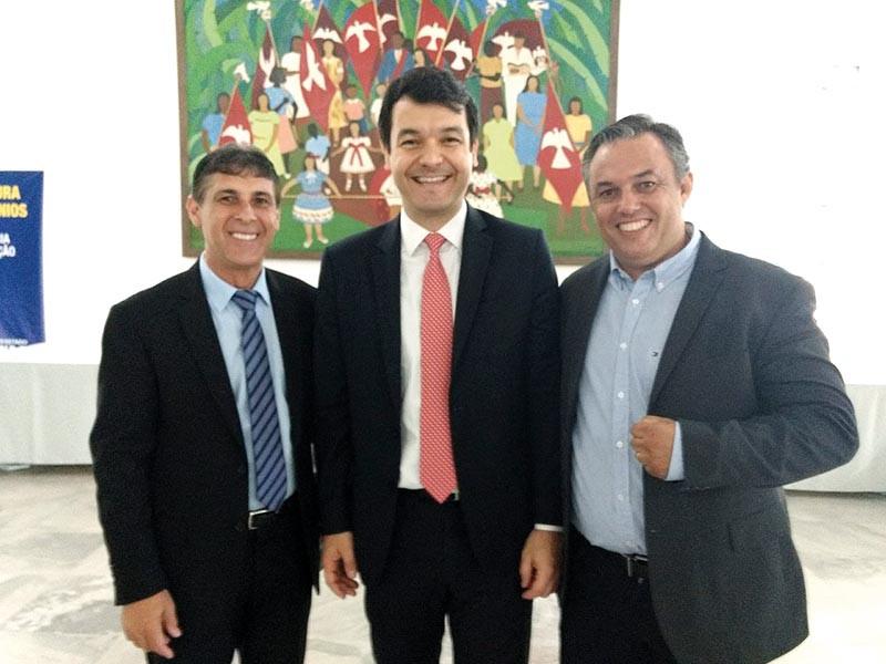 Huelder Motta, à esquerda, acompanhado do deputado Sebastião Santos  (à direita) e o secretário de Turismo do Estado de São Paulo, Fabrício Cobra