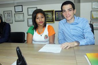 Prefeito recebe aluna que conquistou prêmio em concurso de redação do HC