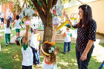 Alunos de rede municipal festejam a distribuição de ovos de Páscoa