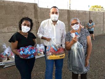 Instituto Rosentino Bispo distribui cestas básicas e cobertores para famílias em situação de vulnera
