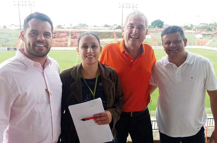 Na foto, o secretário Raphael Ducati acompanhado de uma engenheira de sua equipe e os dirigentes do BEC, Miltão e Zé Reinaldo