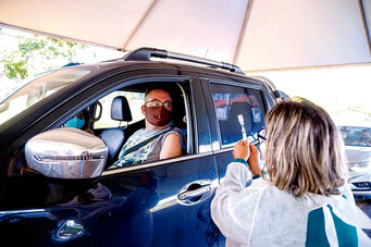 Drive-thru para vacinação de idosos de 63 anos tem grande adesão