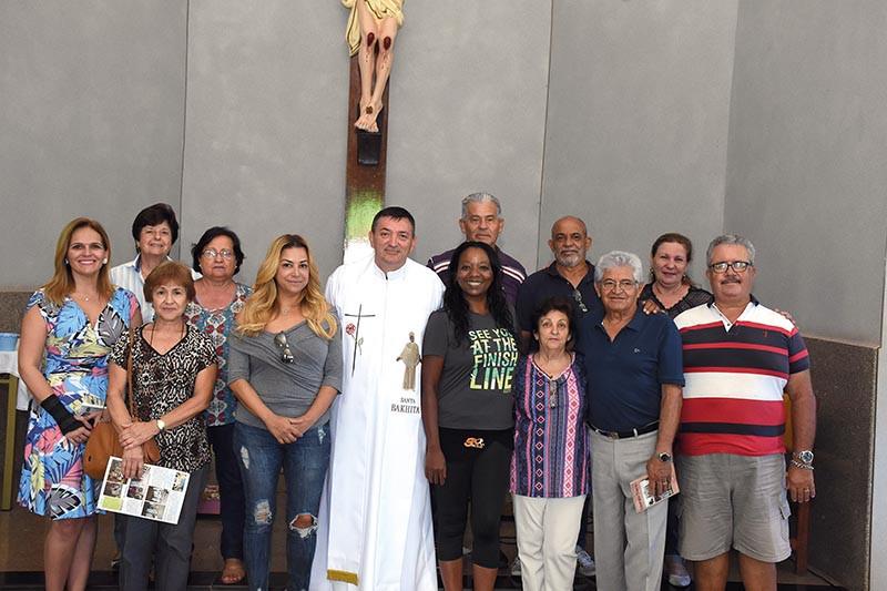 Comunidade e festeiras acompanham o padre Deonísio Helko na capela de Santa Bakhita (Foto: Lu Tavares)