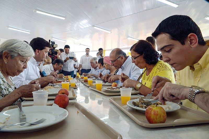 Prefeito Guilherme Ávila, o então governador Geraldo Alckmin e autoridades, almoçaram juntos com a população na inauguração do Bom Prato e aprovaram a qualidade das refeições servidas