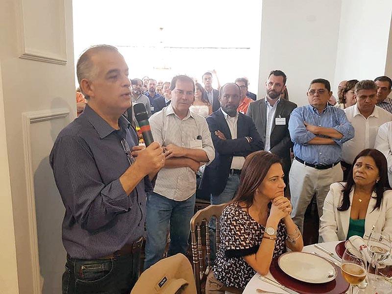 O diretor da Força Sindical, Luiz Anastácio Paçoca (no fundo, à direita), acompanha o deputado federal Paulinho da Força, durante almoço de sindicalistas com o governador Márcio França, no último sábado