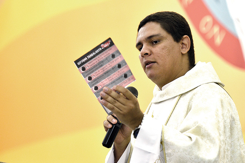 Padre Luiz Paulo da paróquia Santa Ana e São Joaquim.  (Foto: Aquino José)