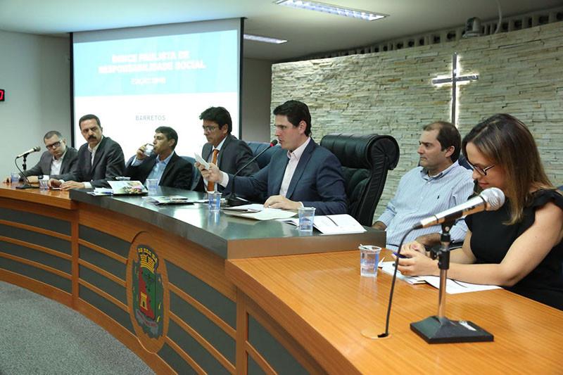 Deputados estaduais e vereadores presentes durante evento na Câmara Municipal de Barretos