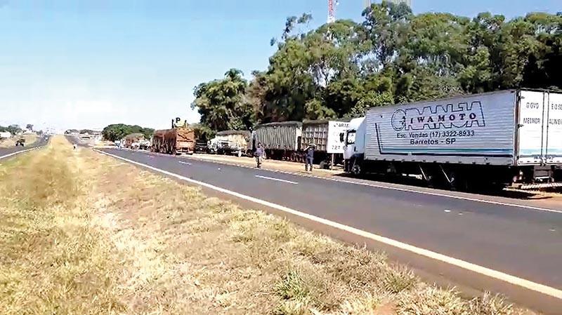Caminhoneiros param às margens da Rodovia Brigadeiro Faria Lima em Bebedouro (Foto: Divulgação)