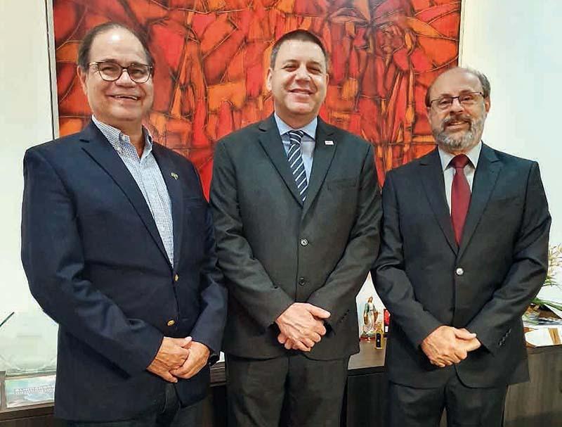 Lúcio Antônio Pereira (APCD Barretos) com Marcos Capez (CROSP) e Wilson Chediek, presidente da APCD Estadual